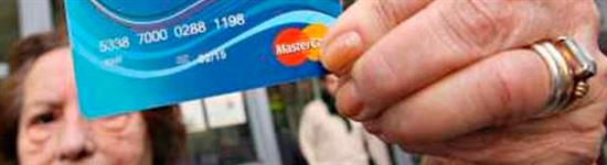 Social Card. mano espone la carta